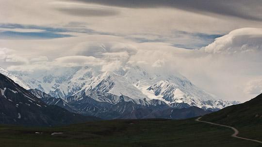 Der Mount McKinley versteckt seine beachtliche Größe die meisten Tage eines Jahres hinter dicken Wolkenschleiern.