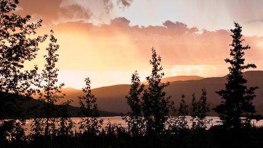 Blick auf dem Wonder Lake im Licht der untergehenden Sonne