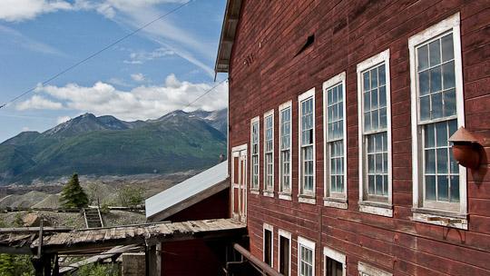 Blick aus und auf einem Nebengebäude der Kupfermine ...