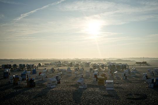 Strandkörbe ausgesichtet zum letzten Sonnenlicht des Tages.
