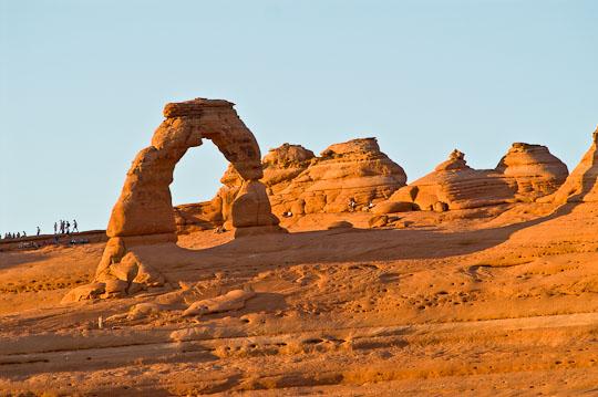Versammlung am Delicate Arch kurz vor Sonnenuntergang.