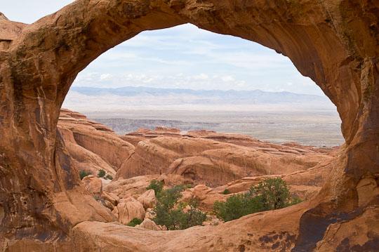 Blick durch den großen Bogen des Double-O-Arch im Arches National Park